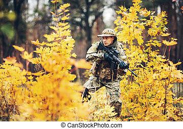 soldado, con, rifle, en, el, bosque