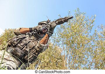soldado, disparando, durante, el, militar, operación