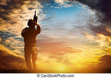 soldado, em, combate, tiroteio, com, seu, arma, rifle., guerra, exército, conceito