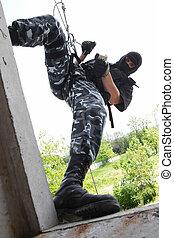 soldado, em, máscara, ligado, corda, escolha objectivos, através, a, janela