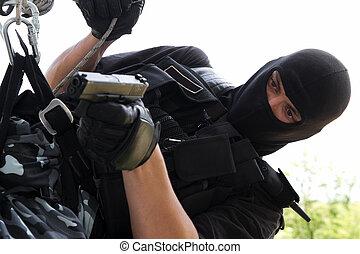 soldado, em, máscara, pendurar, corda, com, um, arma