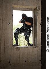 soldado, em, pretas, máscara, entrar, através, a, janela