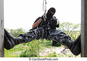 soldado, em, pretas, máscara, pendurar, corda