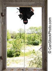 soldado, em, pretas, máscara, pendurar, corda, com, pistola