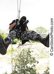 soldado, em, pretas, máscara, pendurar, corda, com, rifle