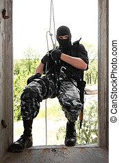 soldado, em, pretas, máscara, wntering, a, janela, ligado, corda
