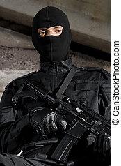 soldado, em, uniforme preto, com, um, arma