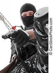 soldado, en, negro, máscara, ahorcadura, soga, con, pistola