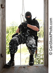 soldado, en, negro, máscara, wntering, el, ventana, en, soga