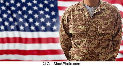 soldado, en, un, norteamericano, militar, digital, patrón, uniforme, posición, en, un, bandera de los e.e.u.u, plano de fondo