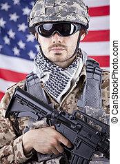 soldado, encima, norteamericano, bandera, arma de fuego