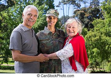 soldado, padres, reunido, ella