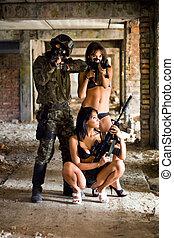 soldado, y, dos mujeres