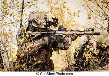 soldados, equipe, apontar, em, um, alvo, de, armas