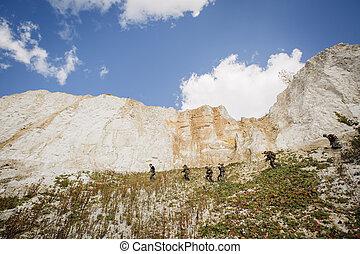 soldados, equipo, arriba, el, colina, con, un, guía