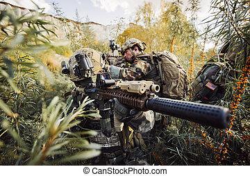 soldados, equipo, con, armas de fuego, mirar, territorio