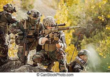 soldados, equipo, preparando, para atacar, el, enemigo