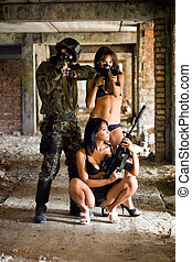 soldat, deux femmes