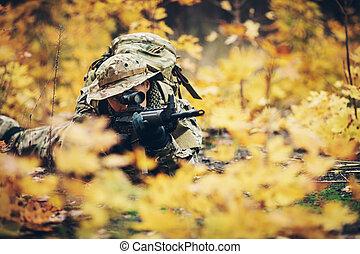 soldat, hos, gevær, ind, den, skov