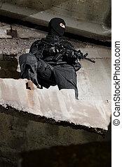 soldat, in, schwarze uniform, mit, gewehr