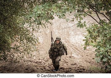 soldat, med, vapen, in, likformig