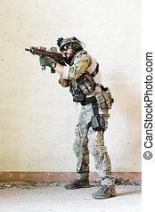 soldat, pekande, hans, gevär, under, den, militär, operation