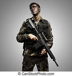 soldat, posierend