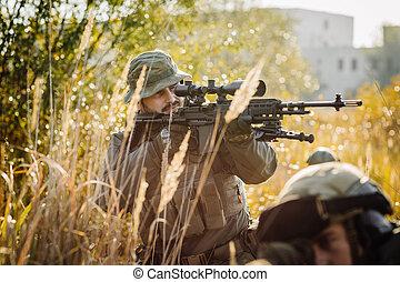 soldat, står, på, den, fält, och, sikta, hos, a, måltavla