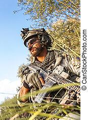 soldat, während, der, militaer, betrieb, an, sonnenuntergang