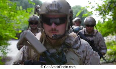 soldaten, vastberaden