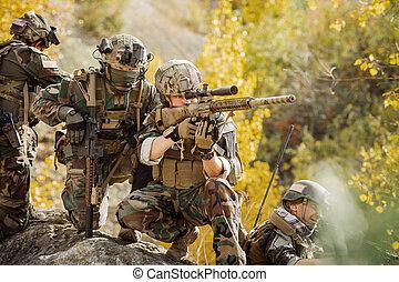 soldater, hold, tillave, til angrib, den, fjende