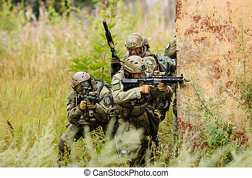 soldati, dietro, coperchio, aggredire, gruppo