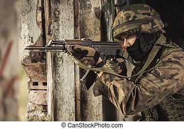 soldato, arma, usando