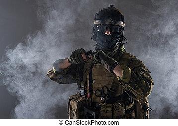 soldato, custodia, braccia, bomba