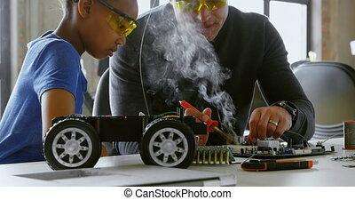soldeerbout strijkijzer, dochter, gebruik, auto, 4k, vader