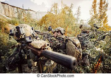 solders, apuntar, en, un, blanco, de, armas
