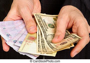 soldi, uomo affari, tenendo mano