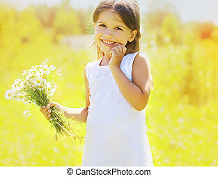 soleggiato, estate, ritratto, di, charmant, carino, piccola ragazza, con, margherite