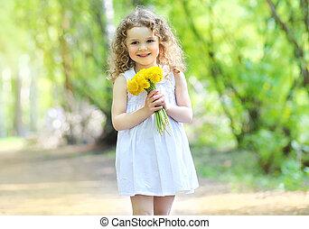 soleggiato, primavera, ritratto, di, adorabile, sorridente, carino, piccola ragazza, con