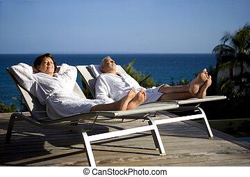 soleil, couple, whilst, chaise longue, personne agee, vacances
