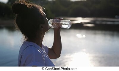 soleil, eau, secouer, après, lifestyle.woman, eau, boisson, sain, ouvert, boissons, water., éteindre, jour, bouteille, air, chaud, girl, ensoleillé, éclat, leur, soif