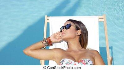 soleil, femme, lunettes soleil, jeune, délassant