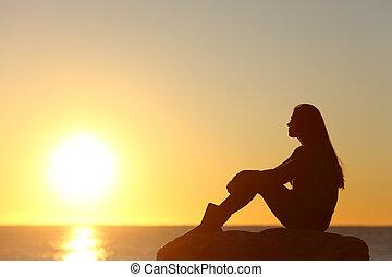soleil, femme, silhouette, coucher soleil, regarder