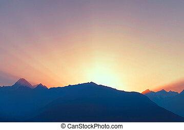 soleil, rayons, au-dessus, chaîne de montagnes, à, aube
