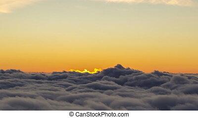 soleil, vue., timelapse, apparaître, derrière, clouds., gros plan