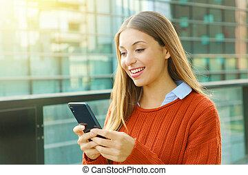 solig, tröttsam, affärskontor, texting, ung, sweater, ute, day., ringa, smart, apelsin, kvinna