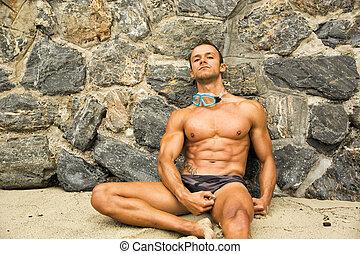 solitário, atlético, jovem, escutar música, praia, homem