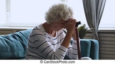 solitaire, crosse, marche, personne âgée femme, seul, maison...