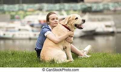 solitaire, elle, chien, étreindre, triste, noir, émotif, portrait, blanc, girl