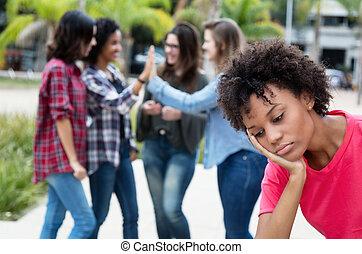 solitaire, groupe, filles, femme américaine, africaine, aller, autre